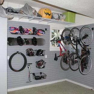 Cette image montre un garage attenant craftsman de taille moyenne.
