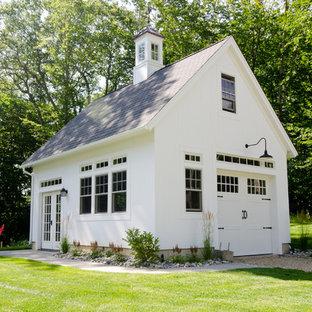 Inredning av en lantlig mellanstor fristående garage och förråd