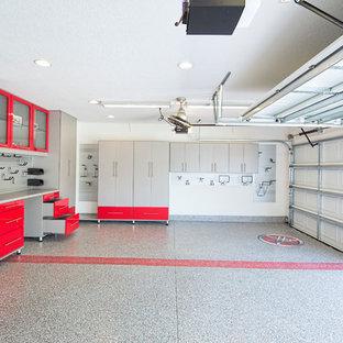 Idée de décoration pour un garage pour deux voitures design de taille moyenne.