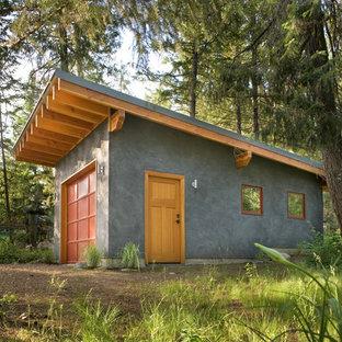 На фото: отдельно стоящий гараж в современном стиле с
