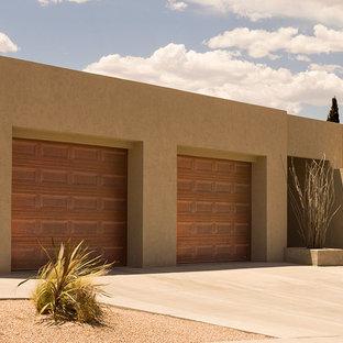 Idée de décoration pour un garage pour deux voitures attenant sud-ouest américain de taille moyenne.