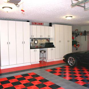 Klassisk inredning av en tvåbils garage och förråd