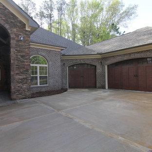 Foto på en stor vintage tillbyggd garage och förråd