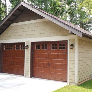 Foto på en stor amerikansk fristående garage och förråd