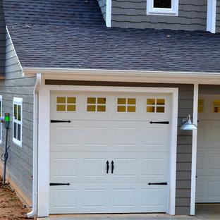 Exempel på en mellanstor amerikansk tillbyggd tvåbils garage och förråd