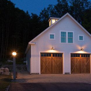 Foto på en mellanstor lantlig fristående garage och förråd