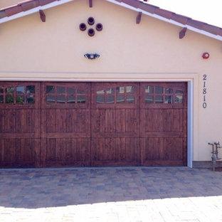 Aménagement d'un garage pour deux voitures attenant sud-ouest américain de taille moyenne.