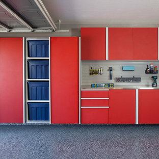 Idée de décoration pour un garage pour deux voitures attenant tradition de taille moyenne avec un bureau, studio ou atelier.