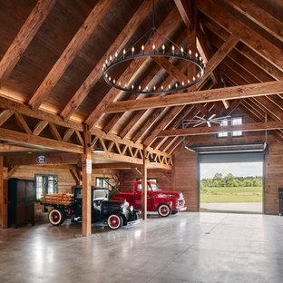 Immagine di un garage per quattro o più auto country