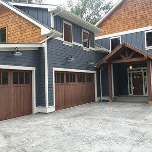 Ejemplo de garaje adosado, de estilo americano, de tamaño medio, para tres coches