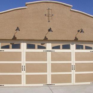 Aménagement d'un garage pour deux voitures attenant sud-ouest américain.