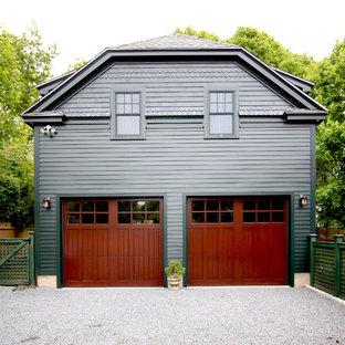 Klassisk inredning av en fristående tvåbils garage och förråd