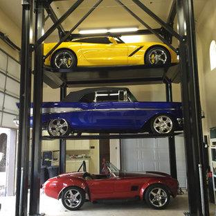 Bild på en medelhavsstil garage och förråd