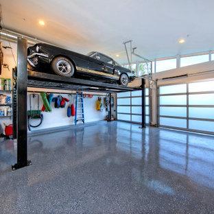 50 tals inredning av en mellanstor tillbyggd trebils garage och förråd