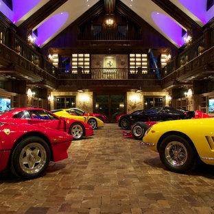 Exempel på en eklektisk fyrbils garage och förråd