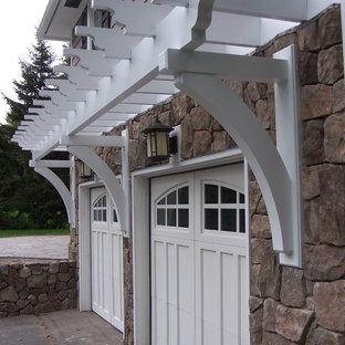 Inspiration för en mellanstor vintage tillbyggd tvåbils garage och förråd