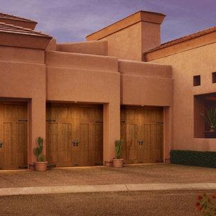 Inspiration pour un grand garage pour trois voitures attenant sud-ouest américain.