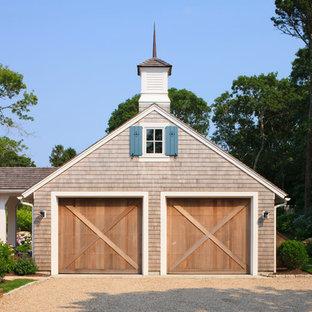 Foto di un grande garage per due auto indipendente tradizionale