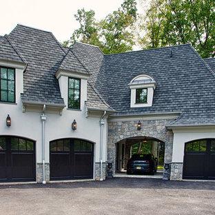 Idéer för att renovera en stor vintage tillbyggd fyrbils garage och förråd, med entrétak