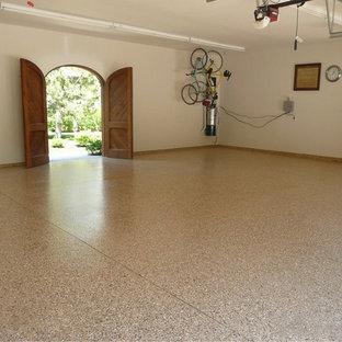 Exempel på en mellanstor klassisk garage och förråd