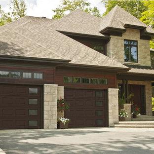 Idée de décoration pour un garage pour deux voitures attenant tradition de taille moyenne.
