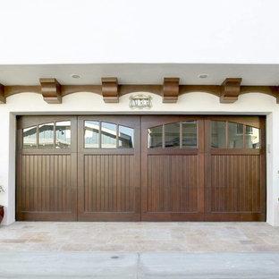 Cette image montre un garage attenant méditerranéen de taille moyenne.