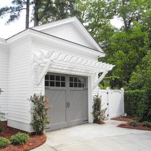 Bild på en vintage tillbyggd garage och förråd