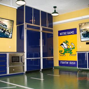 Réalisation d'un grand garage attenant design avec un bureau, studio ou atelier.