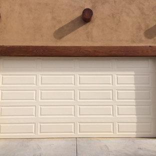 Cette image montre un grand garage pour deux voitures attenant sud-ouest américain.