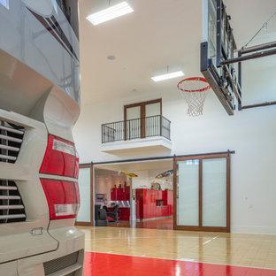 Réalisation d'un grand garage pour quatre voitures ou plus séparé méditerranéen avec un bureau, studio ou atelier.