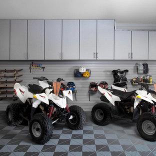 Exempel på en mellanstor klassisk tvåbils garage och förråd