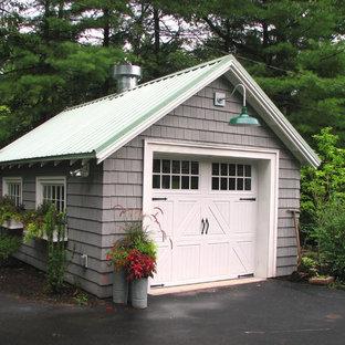 Inredning av en klassisk mellanstor fristående garage och förråd