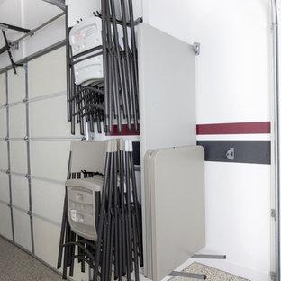 Inredning av en klassisk mellanstor garage och förråd