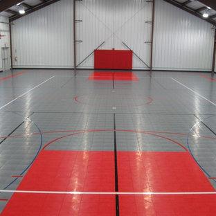 Cette image montre un très grand garage pour trois voitures séparé design.