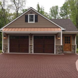Exemple d'un grand garage pour deux voitures séparé craftsman avec un bureau, studio ou atelier.