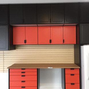 Immagine di un garage per due auto connesso tradizionale di medie dimensioni con ufficio, studio o laboratorio