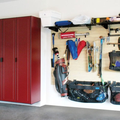 Example of a mid-sized transitional garage workshop design in Kansas City