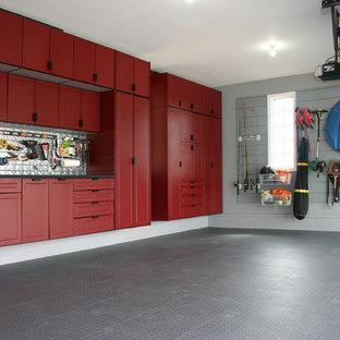 Idée de décoration pour un grand garage pour deux voitures attenant tradition avec un bureau, studio ou atelier.