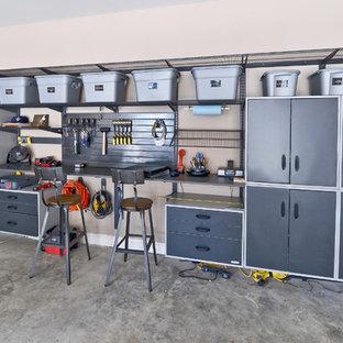 Exemple d'un grand garage tendance avec un bureau, studio ou atelier.