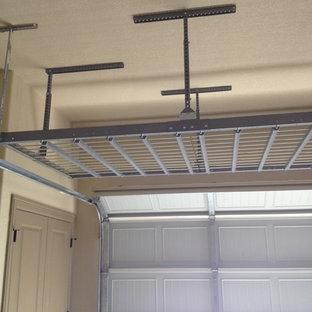 Klassisk inredning av en tillbyggd garage och förråd