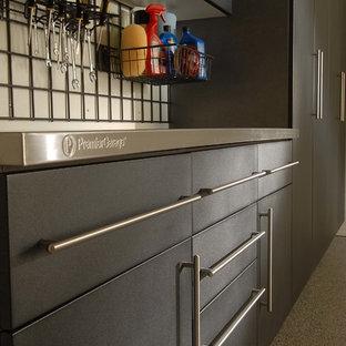 Inspiration pour un très grand garage pour trois voitures attenant minimaliste avec un bureau, studio ou atelier.