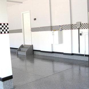 Klassisk inredning av en stor garage och förråd