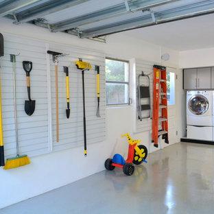Cette image montre un garage pour deux voitures attenant traditionnel de taille moyenne avec un bureau, studio ou atelier.