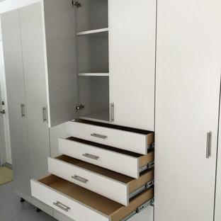 Idée de décoration pour un grand garage attenant urbain avec un bureau, studio ou atelier.