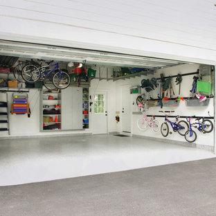 Immagine di un garage per due auto connesso contemporaneo di medie dimensioni