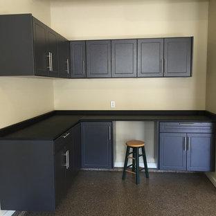 Inspiration pour un garage attenant traditionnel de taille moyenne avec un bureau, studio ou atelier.