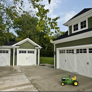 Inspiration pour un très grand garage pour quatre voitures ou plus attenant traditionnel avec un bureau, studio ou atelier.