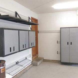 Klassisk inredning av ett mellanstort tillbyggt tvåbils kontor, studio eller verkstad