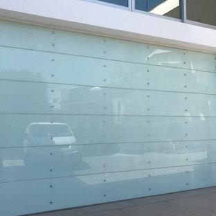 ロサンゼルスの広いビルトインモダンスタイルのおしゃれなガレージ (3台用) の写真