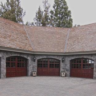 Foto på en mellanstor rustik tillbyggd garage och förråd
